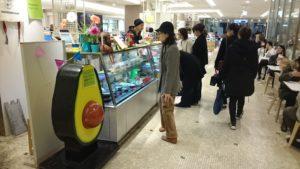 お客さんが商品を眺めています。