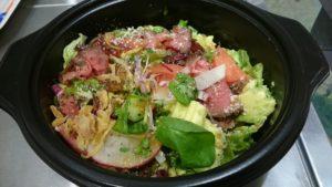 ローストビーフとアボカドの彩り豊かなスーパーサラダです。