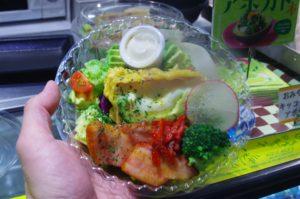 アボカドフリットと厚切りベーコンの贅沢サラダです。